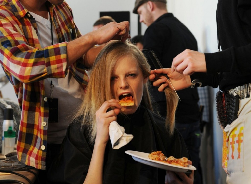 model-eating-pizza-backstage-main