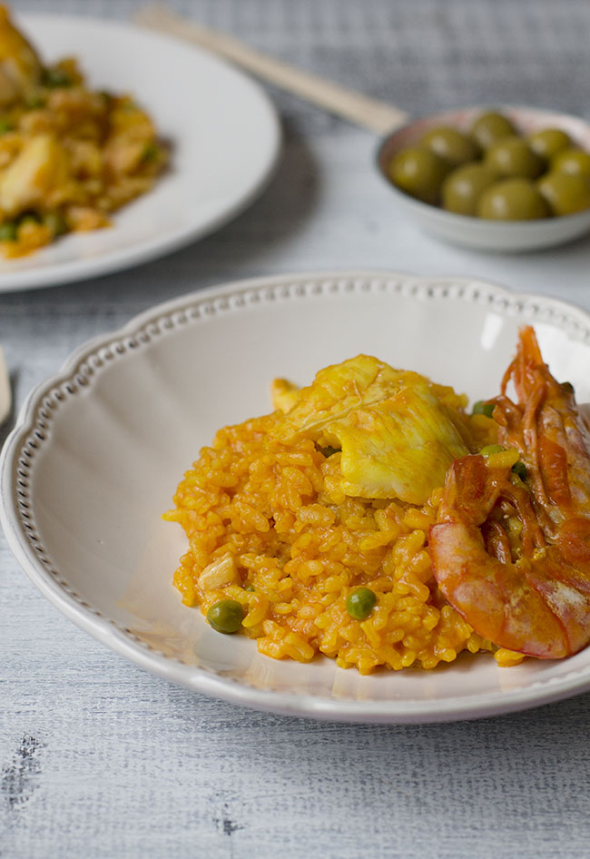 Arroz con gambas y filetes de merluza cocinando en un for Cocinar filetes de merluza