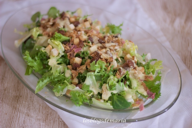 Ensalada con bacon, cebolla, y frutos secos