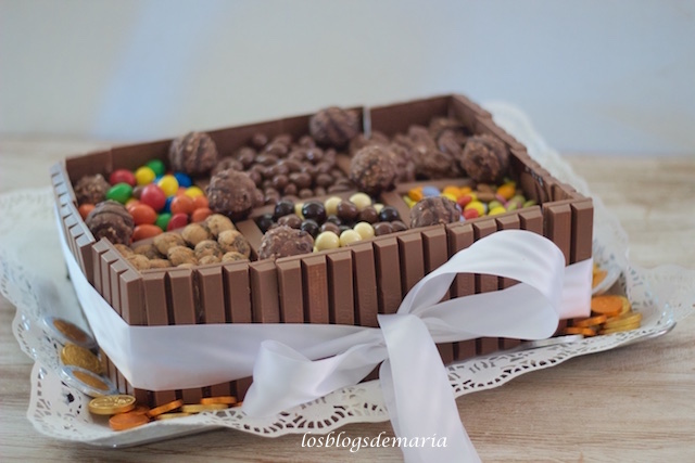 Tarta kit kat con decoración de golosinas de chocolate
