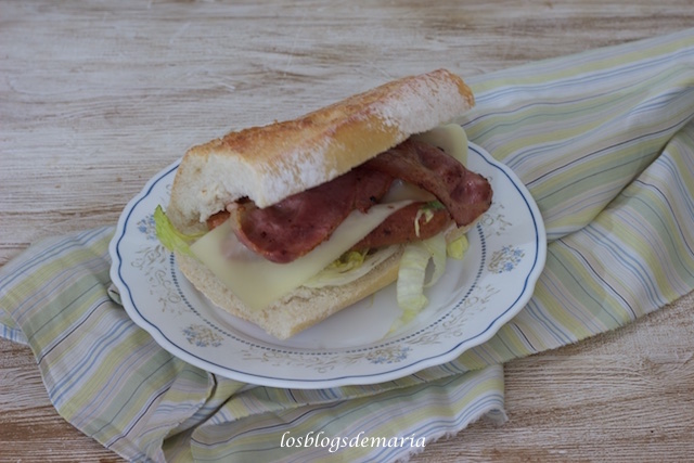 Bocadillo de salchichas de pollo, bacon y queso